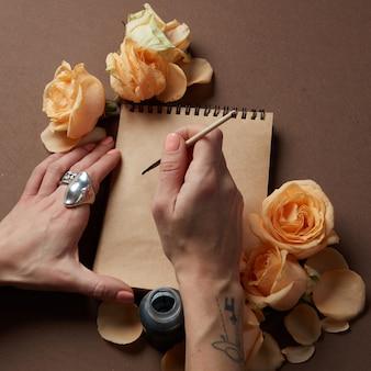Дневник или блокнот с желтыми розами вокруг для выражения эмоций.