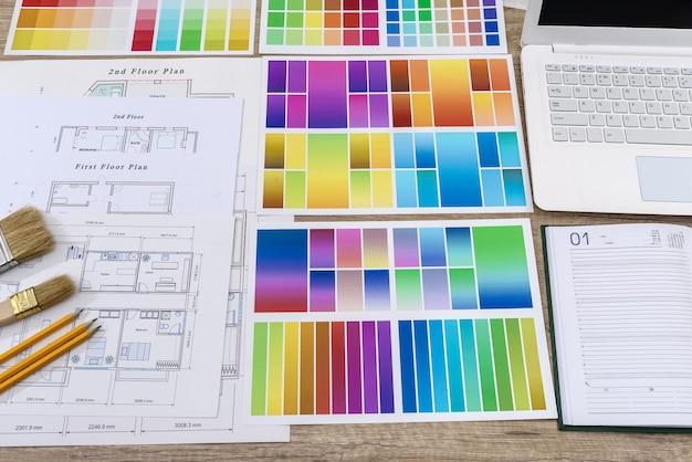 オフィスの家の計画のペンと色見本と日記