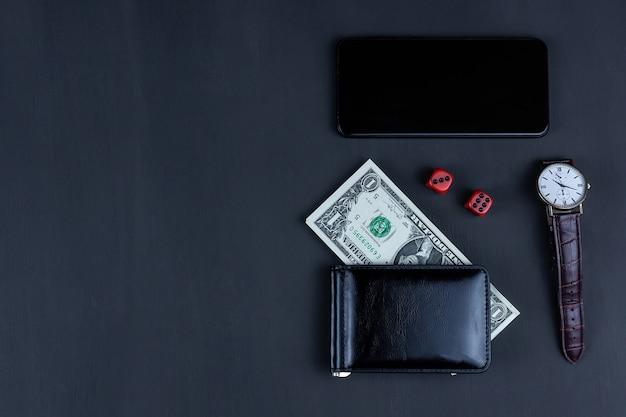 黒の背景にドルのサイコロと財布、カジノゲームの成功