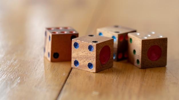 Кубики из дерева на деревянном столе.