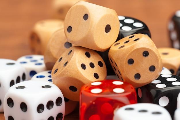 Кости на деревянном столе. деловой риск.