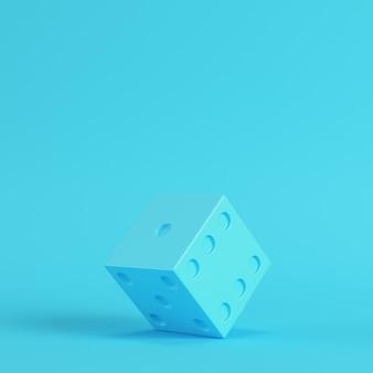 明るい青色の背景にサイコロ