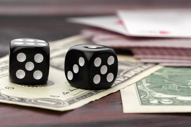 Кубики и американские доллары