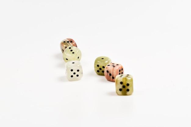 Кубики из натурального камня на белом фоне. скопируйте пространство. игры.