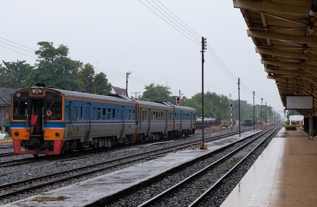 Дизельные составы пригородного поезда отправляются с городского вокзала после получения зеленого сигнала светофора, выезд с вокзала разрешен, северная линия таиланда.