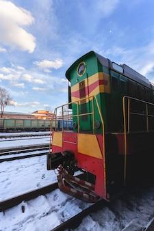 맑은 겨울 날에 디젤 열차.