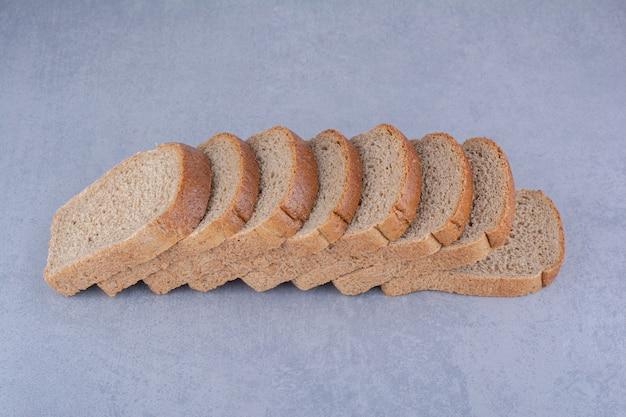 大理石の表面に並んだダイエットパンのスライス