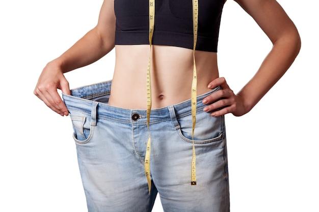 Концепция диеты и счастливая женщина