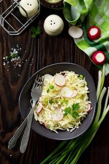 채식주의 음식의 다이어트 개념 신선한 양배추와 올리브 오일을 얹은 무를 곁들인 여름 샐러드