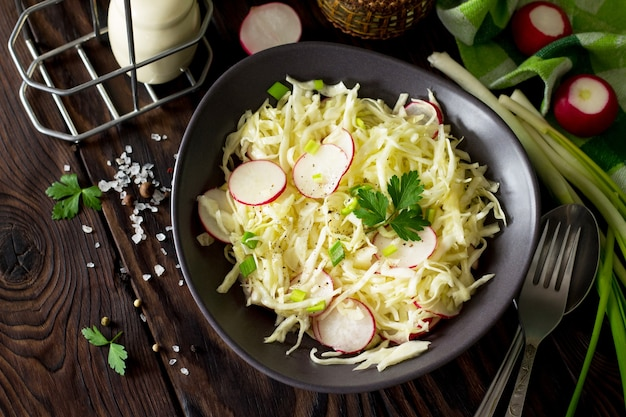 ベジタリアン料理のダイエットコンセプト新鮮なキャベツと大根の夏のサラダ健康的な栄養