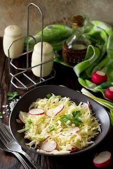 신선한 양배추와 무를 곁들인 채식 여름 샐러드의 다이어트 개념