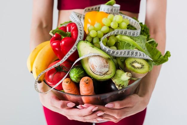 Концепция диеты с женщиной спорта и здоровой пищи