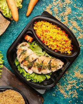 Диетическое питание запеченная куриная грудка на салате с просо и нарезанные помидоры
