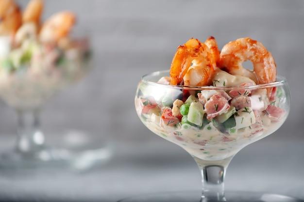 ダイエット食品。エビの新鮮な野菜サラダ。