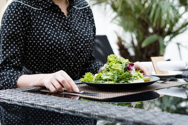 Диетическое питание. салат из свежих трав для похудения. низкокалорийное блюдо для здорового и подтянутого тела