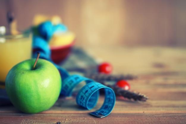 ダイエットフルーツリンゴセンチメートル木製の背景