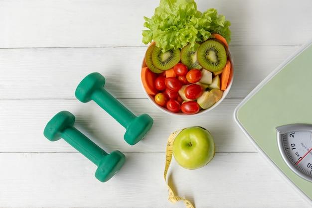 다이어트 건강 식품 및 라이프 스타일 건강 개념. 녹색 사과와 측정 탭으로 스포츠 운동 장비 운동,