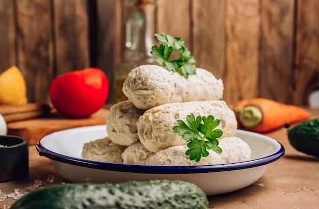 ダイエット健康食品のコンセプト。茶色の背景に自家製チキンソーセージを茹でたもの。セレクティブフォーカス