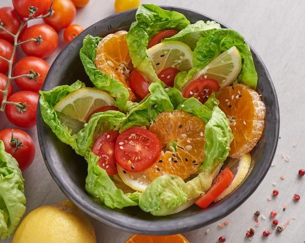 Диетическое меню. здоровый салат из свежих овощей и фруктов, веганский обеденный стол, салат из чаши будды с ингредиентами. концепция здорового сбалансированного вегетарианского питания.