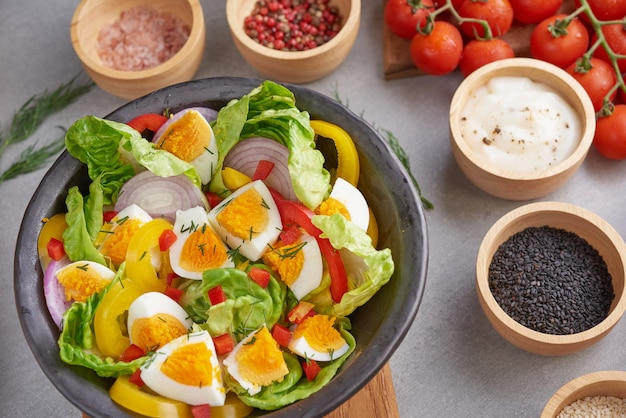 Диетическое меню. здоровый салат из свежих овощей, помидоров, яйца, лука. концепция здорового питания.