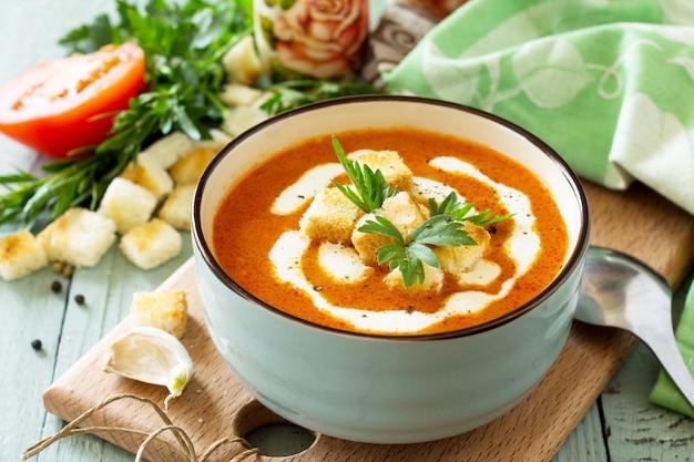 Диетическое меню суп-пюре из томатов с гренками и сливками в миске
