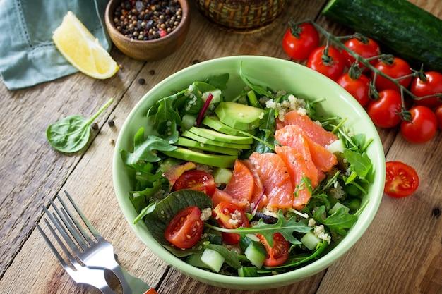 ダイエットメニュービーガンフードキノアルッコラトマトサーモンとアボカドのヘルシーサラダ