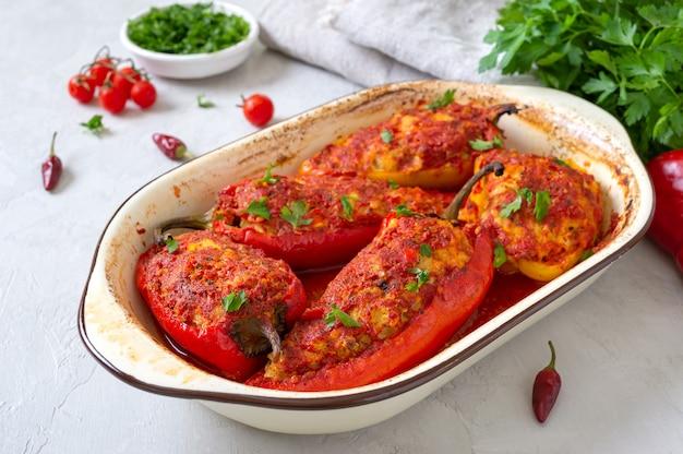 Диетический перец с начинкой из курицы и помидоров. простое и вкусное блюдо.