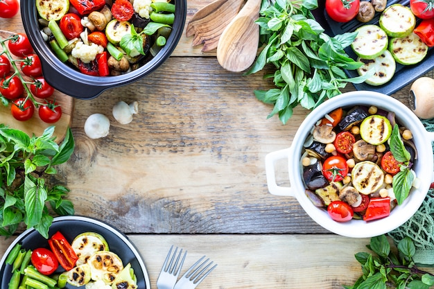 다이어트, 적절한 영양, 구운 야채 및 어두운 배경에 재료. 틀. 채식주의 자 음식. 평면도. 공간 복사
