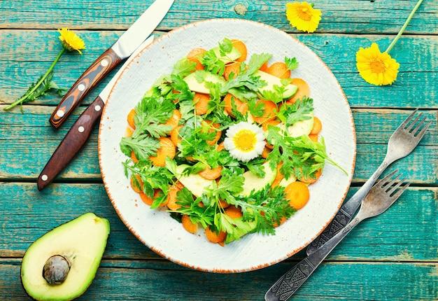 국화와 아보카도 잎, 당근, 허브와 함께 다이어트 샐러드입니다.채식주의자 샐러드입니다.