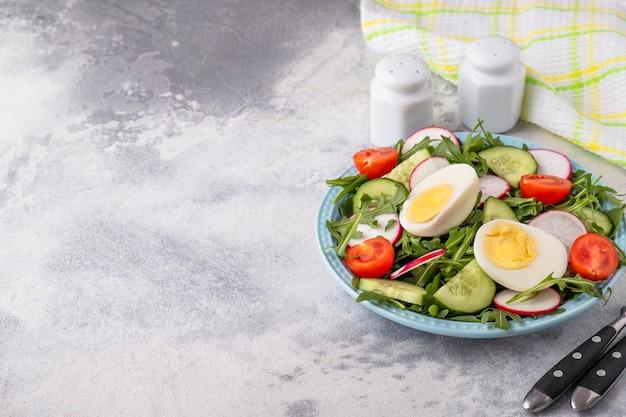 Диетический салат с яйцами и свежими овощами. концепция потери веса. копировать пространство