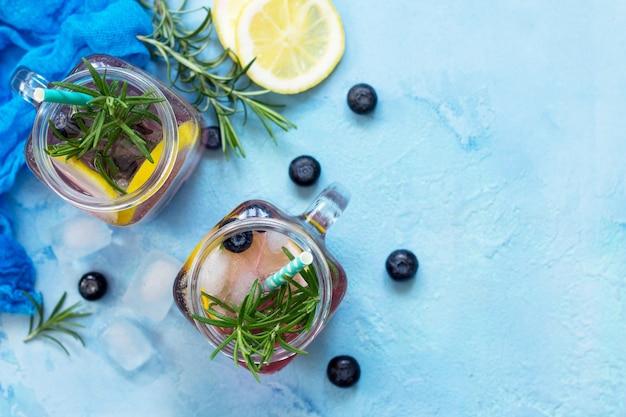 ダイエットビタミンドリンクまたはコンセプトブルーベリーとローズマリーを使った自家製のさわやかなドリンク