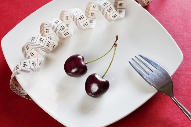 센티미터, 체리, 포크와 다이어트 화이트 플레이트