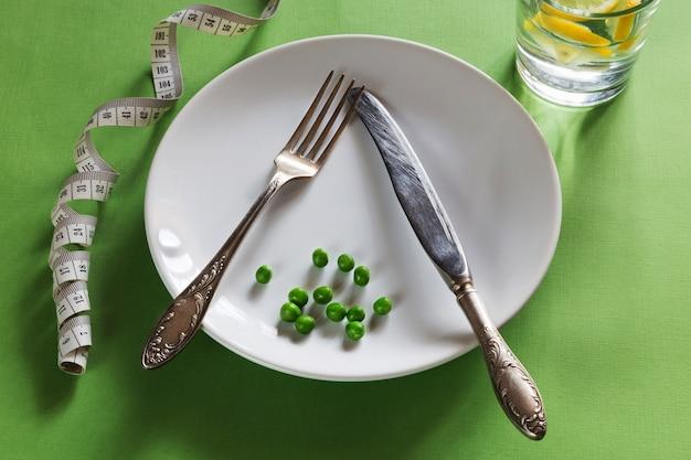 센티미터, 완두콩, 레몬 워터 다이어트 화이트 플레이트