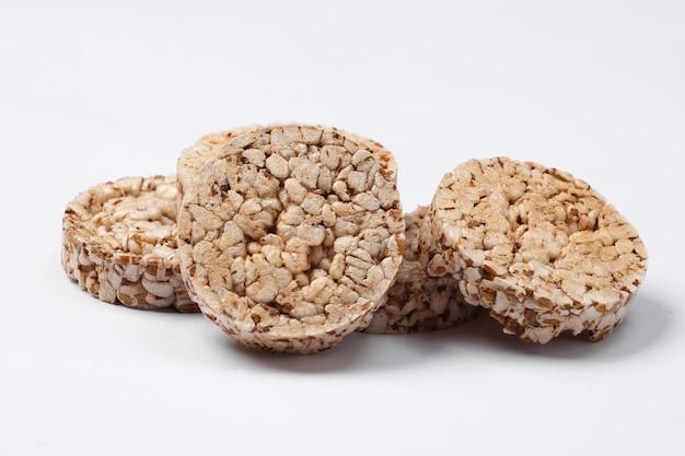 白い表面にダイエット全粒粉クリスプブレッド