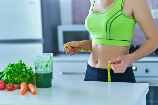 체중 감량을위한 녹색 스무디와 다이어트 여자.