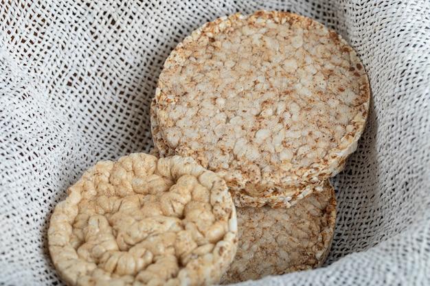 白い黄麻布の食事の風通しの良いクリスプブレッド