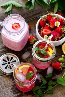식이 아침 채식 음식 개념 신선한 딸기 밀크 쉐이크와 딸기 레모네이드