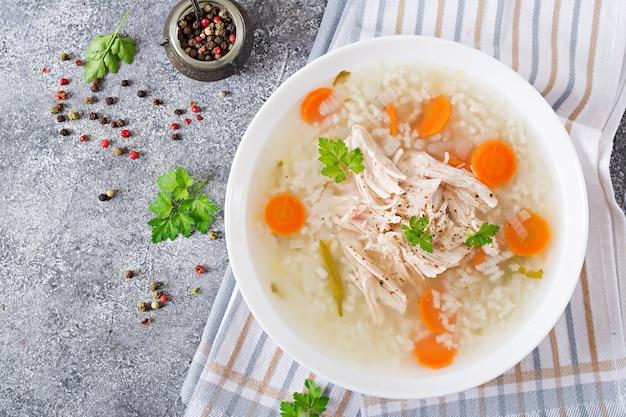 米とニンジンを入れたダイエットチキンスープ。健康食品。フラットレイ。上面図