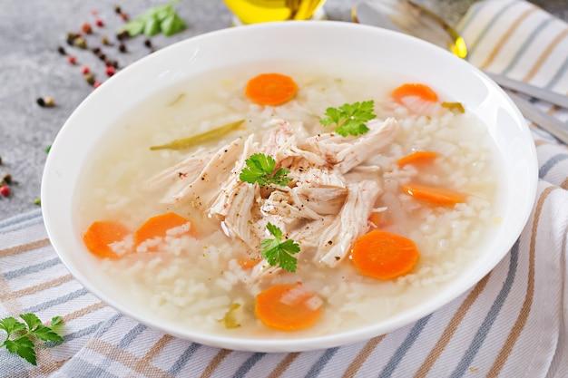 米とニンジンを入れたダイエットチキンスープ。健康食品
