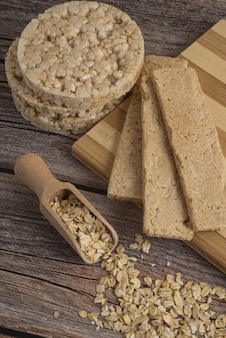 Dietary cracker breads and oatmeal grains