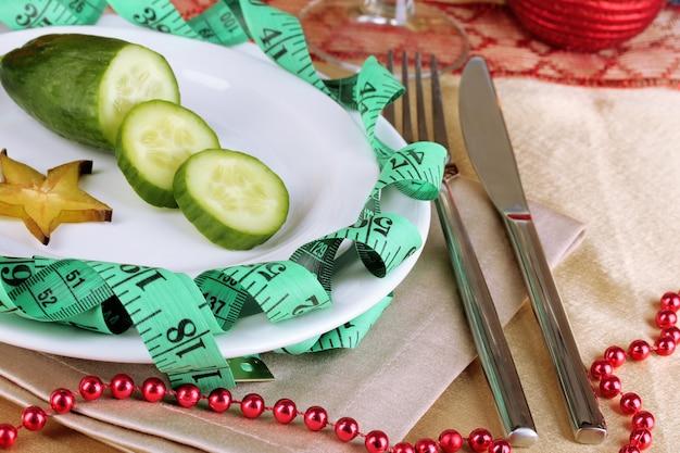 食事療法の食糧およびテーブルのクローズアップの巻尺