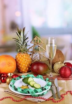 部屋の背景に新年のテーブルの食事療法