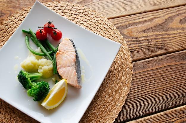 식이 음식. 연어 스테이크와 야채.