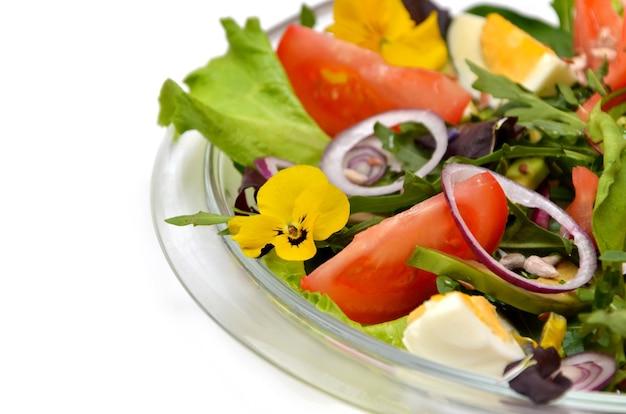야채와 녹지가 클로즈업된 식이 신선한 샐러드