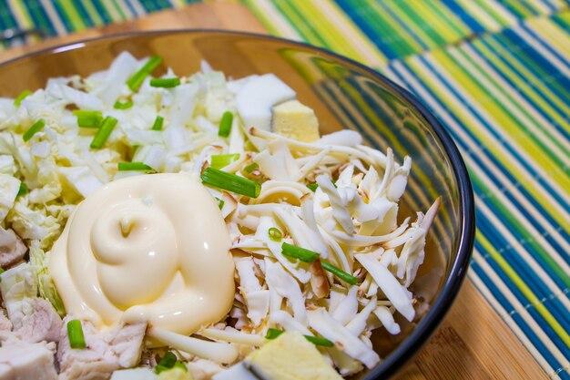 녹색 매트에 닭고기와 계란을 곁들인 적절한 영양 섭취를 위한 식이 샐러드.