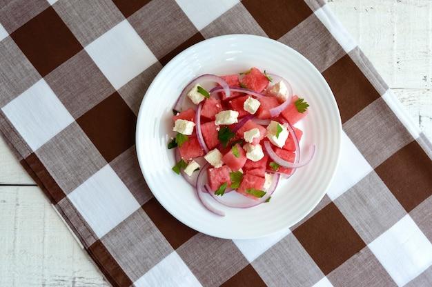 신선한 수박, 파, 염소 치즈 (페타)로 만든식이 샐러드. 평면도