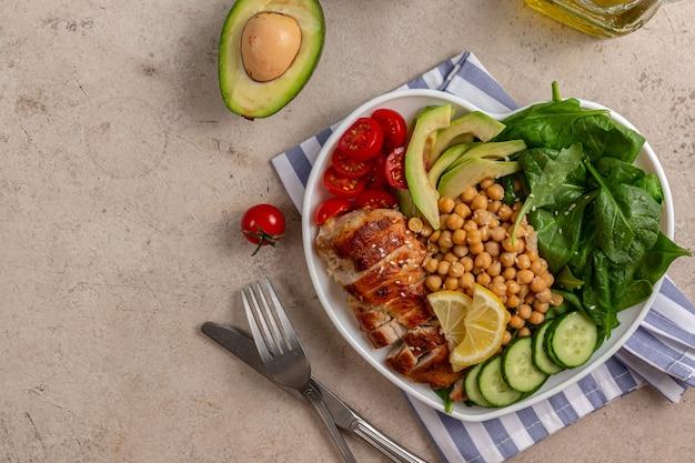 치킨 아보카도 오이 토마토와 시금치식이 샐러드