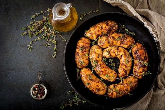 Диетические колбаски из филе индейки и грибов в сковороде