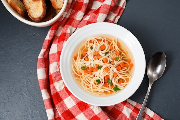 ニンジン、グリーン、マカロニのスープ