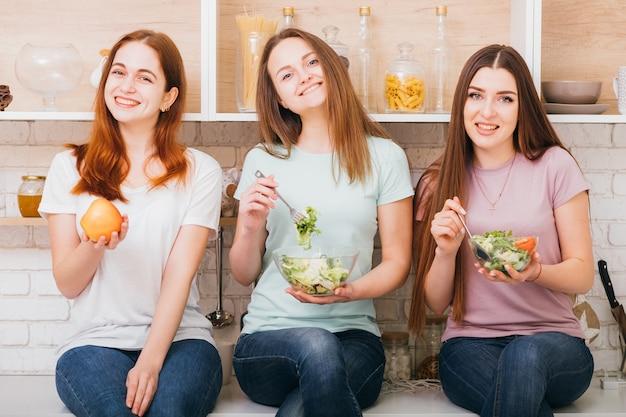 함께 다이어트. 유기농 영양. 맞는 음식. 선택. 균형 잡힌 식사와 함께 웃는 젊은 여성.